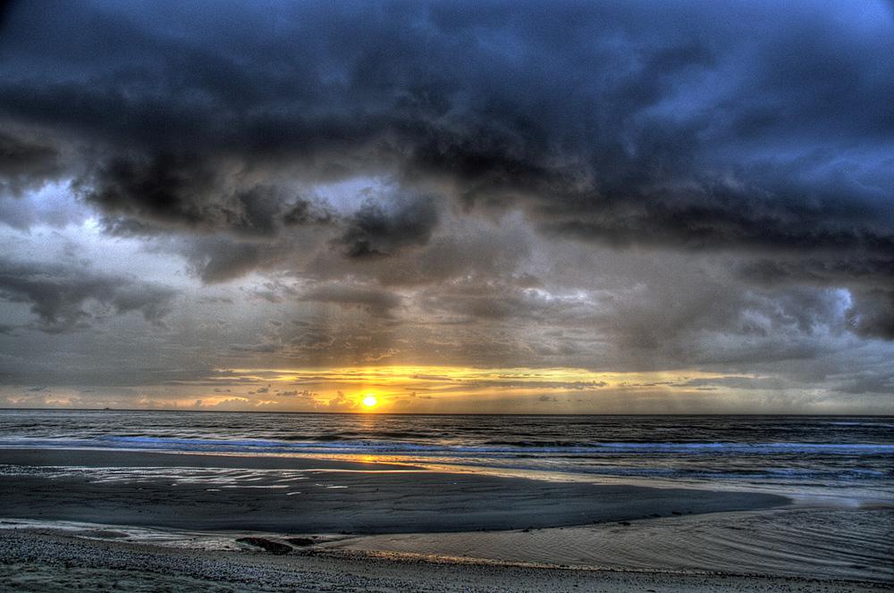 zonsondergang met regenlucht